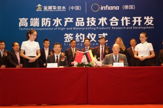 Peter K. Wahsner, CEO Infiana Group, and Lu Guicai, CEO Golden Umbrella Waterproofing, at the signing of the agreement in Beijing