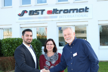 Sealing the sales and service partnership between Maxteq Pty Ltd. and BST eltromat International in Australia and New Zealand (from right to left): Andrew Maxwell, Olga Maxwell and Sajid Malik (photo: BST eltromat)
