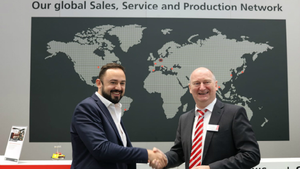 BST eltromat managing director Kristian Jünke (right) and Leandro Giovannoni from SeeOne sign the partnership agreement at K 2019.