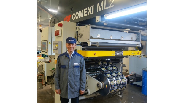 Jonas Skuthälla with the newly developed Vetaphone VE1L Corona station specially developed for Comexi's ML2 series of laminators.